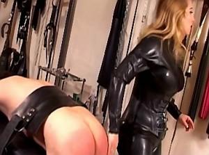 Mooie blonde domina geeft harde spanking