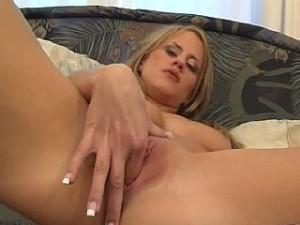 Meisje perst 2 vingers in haar krappe kutje