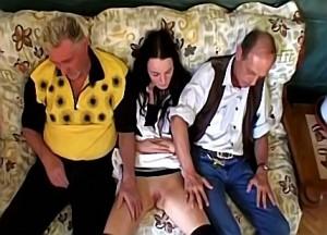 Nicht slikt het sperma uit het lid van haar familieleden