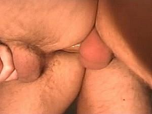 Brave huisvader laat zich neuken door geaderde tampeloerus