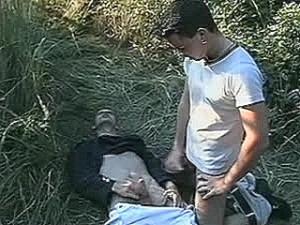 Schandknaap krijgt potente snikkel tegen zijn huig geramd