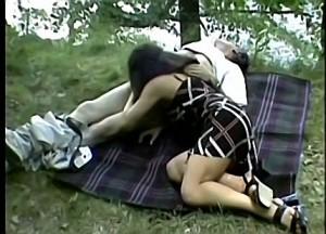 Vader dwingt dochter zijn vette lul te pijpen tijdens boswandeling