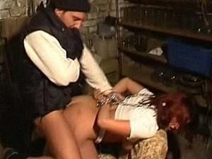 Bizarre psychopaat pompt zijn hete tampeloerus in meisje haar kontgaatje