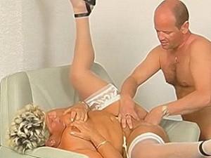 Nep dokter vuistneukt oude dame haar punani