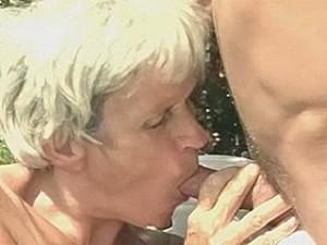 Ouwe taart laat haar druipende vulva extreem uitwonen