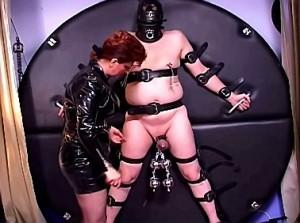 Pijn slaaf zijn ballen gemarteld door meedogenloze domina