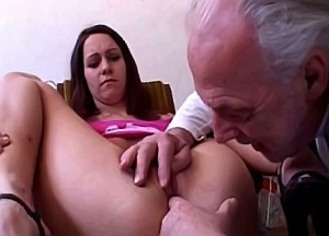 Opa zijn enorme paal in kleindochter haar spleetje